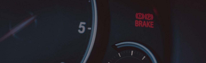 روشن شدن چراغ ترمز خودرو به چه معناست؟